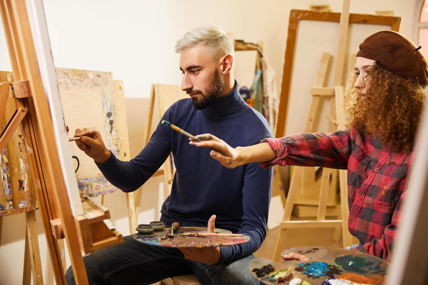 lockiges Mädchen und Mann malen foto