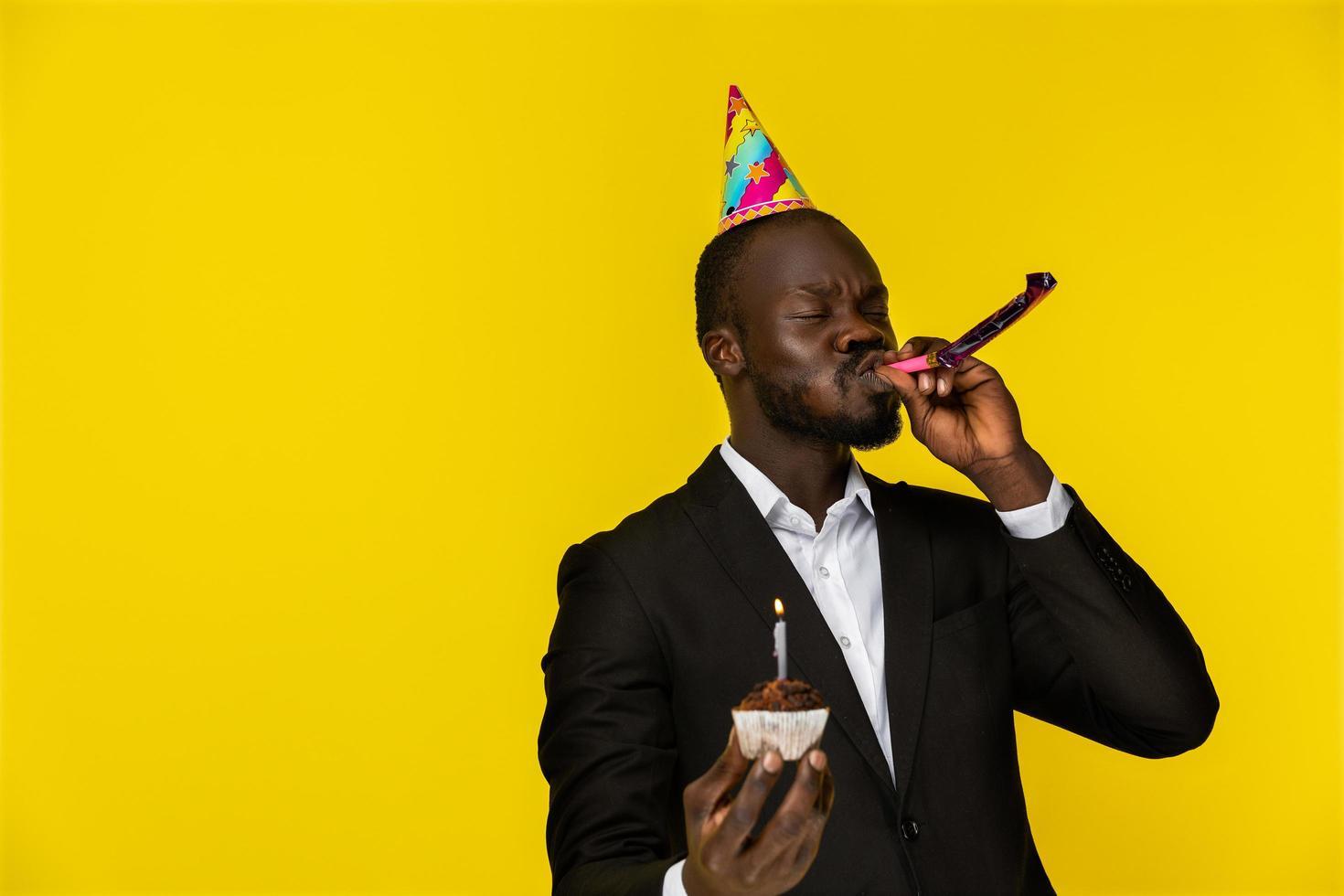 Mann feiert mit einem Cupcake foto