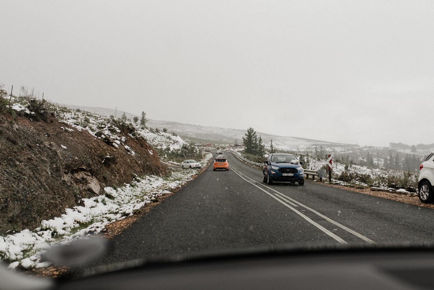 Kapstadt, Südafrika, 2020 - Autos auf der Autobahn, während Schnee fällt foto