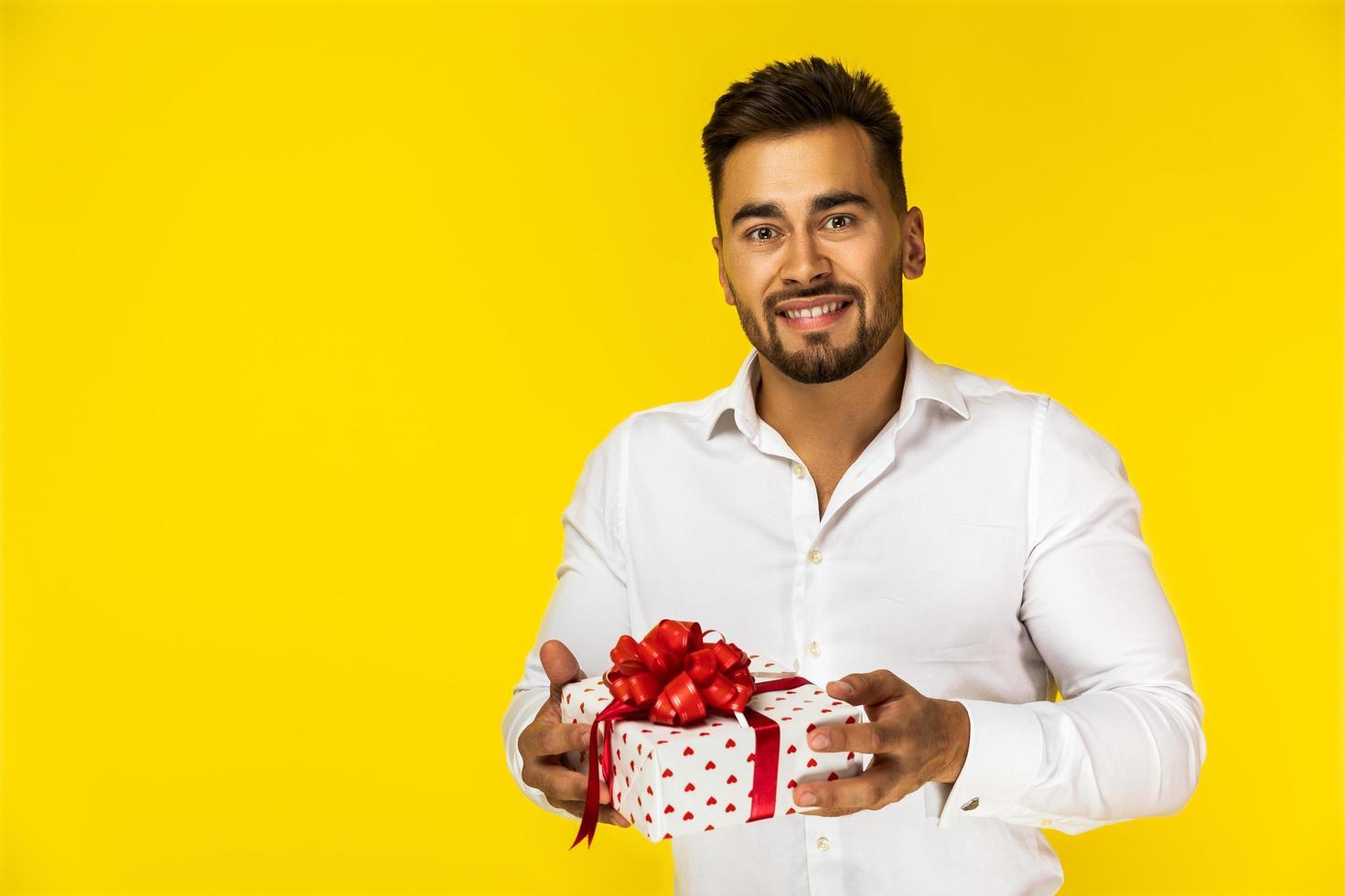 Mann hält ein Geschenk foto