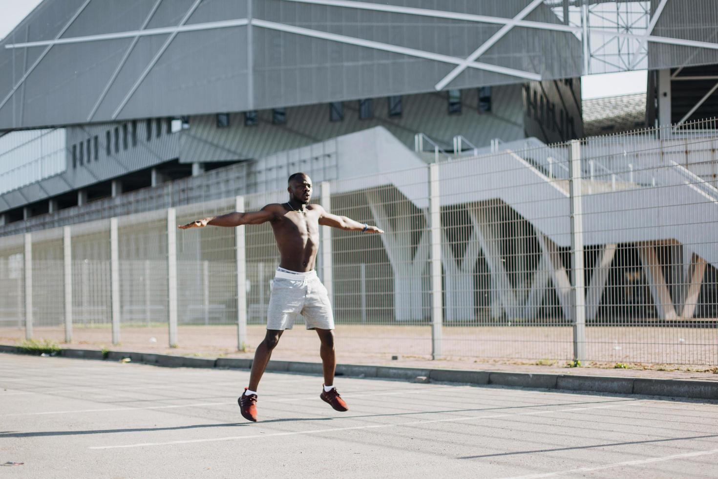 Mann macht Fitnessübungen foto