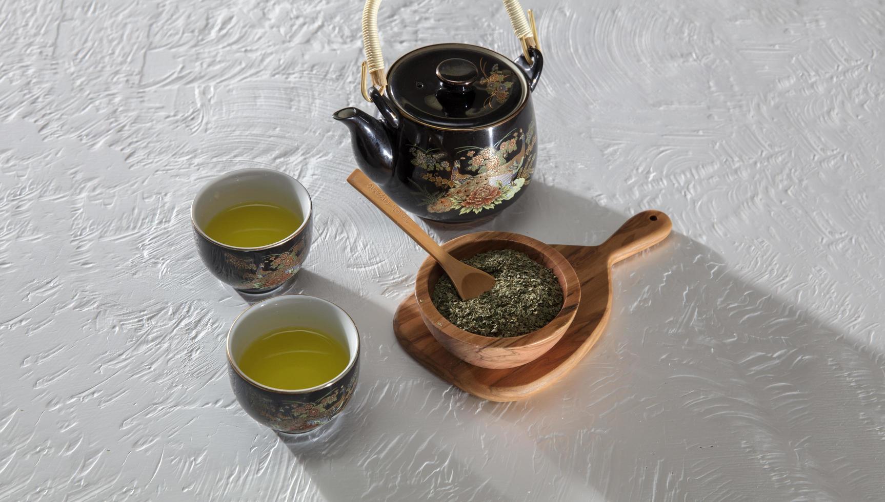 Tee serviert mit Holzschale und Löffel foto