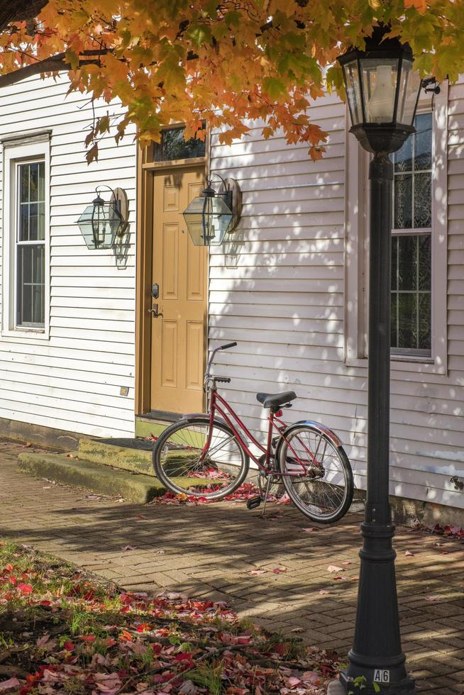 rotes Fahrrad neben Haus foto