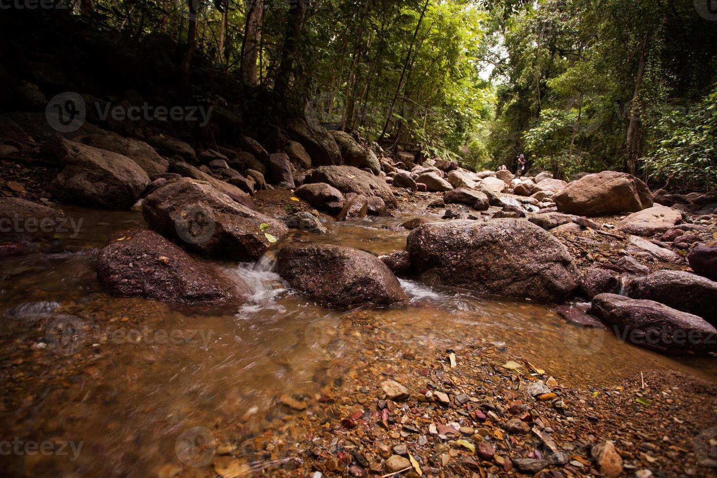 Langzeitbelichtung eines Flusses und Felsen. foto