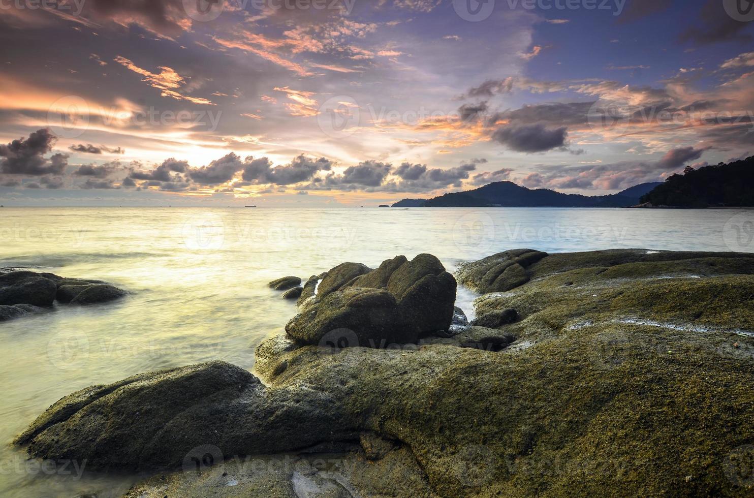 Sonnenaufgang am felsigen Strand in Terengganu, Malaysia. foto