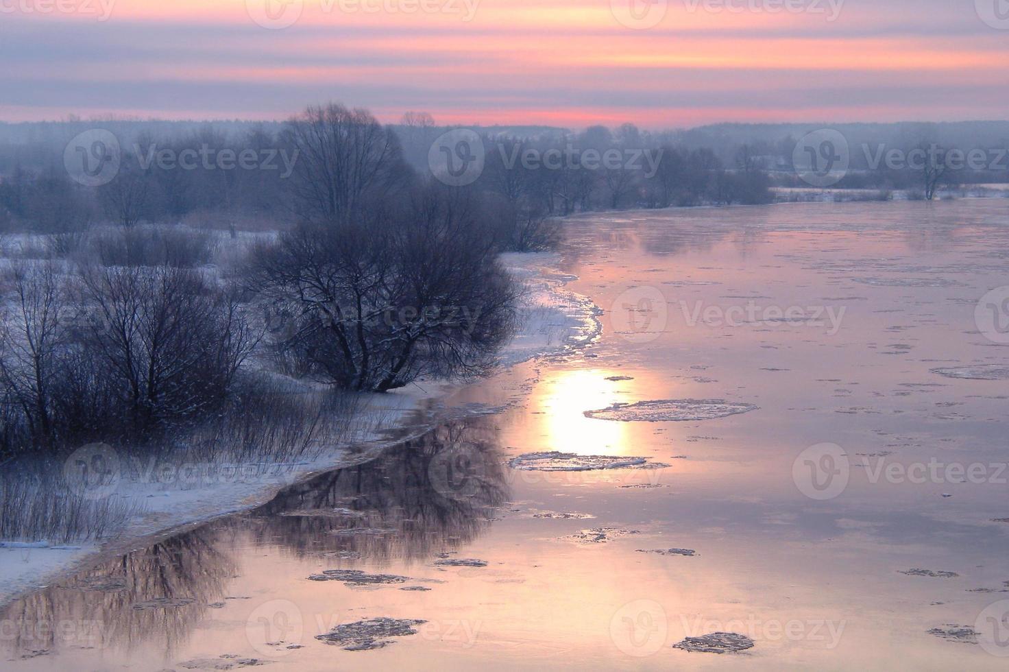winterlicher Sonnenaufgang am Fluss foto