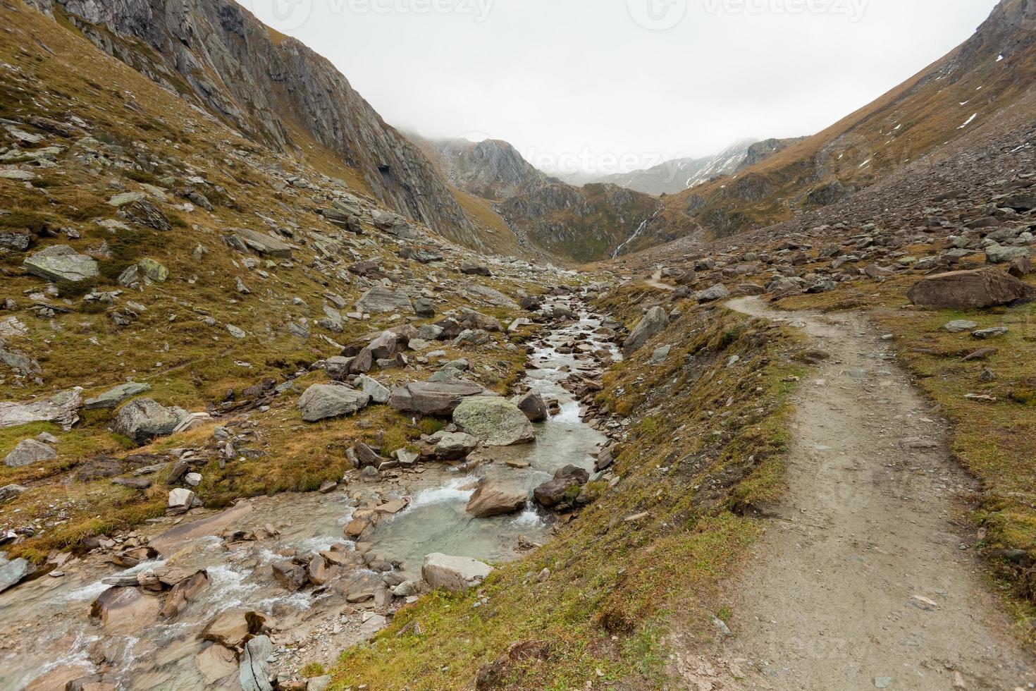 neblig in den Alpen foto