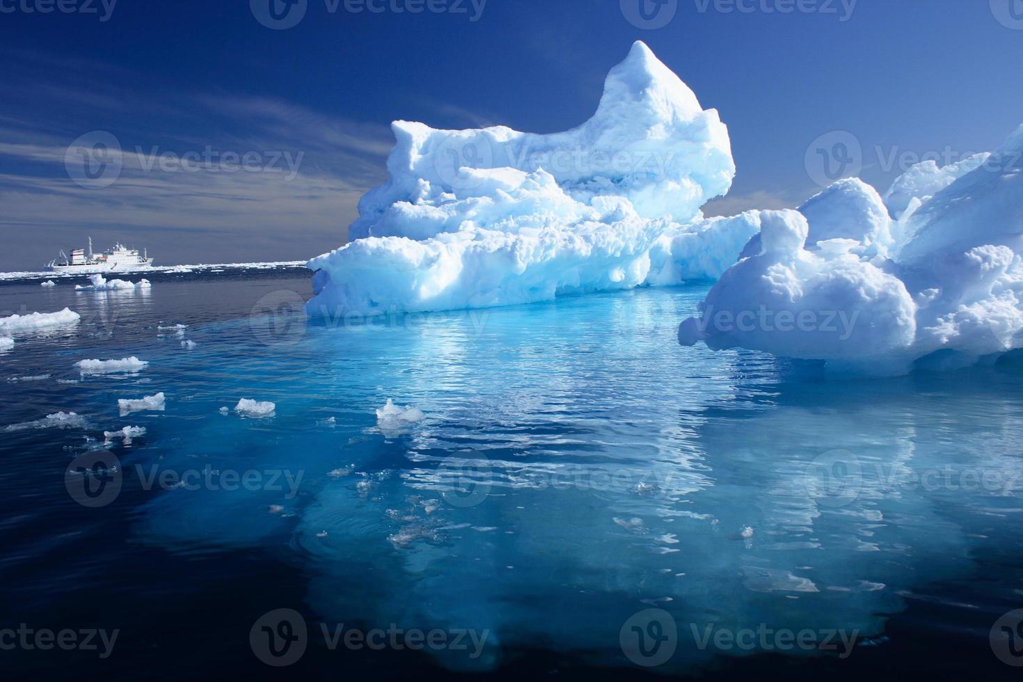 Eisberg und Schiff in der Arktis foto