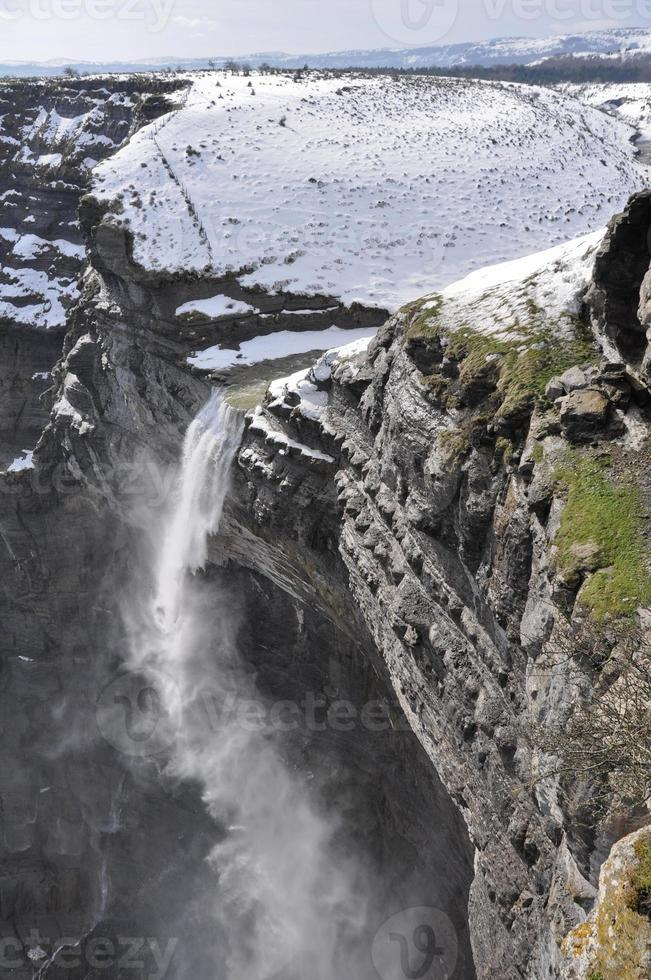 Wasserfall in der Nervenflussquelle nördlich von Spanien foto