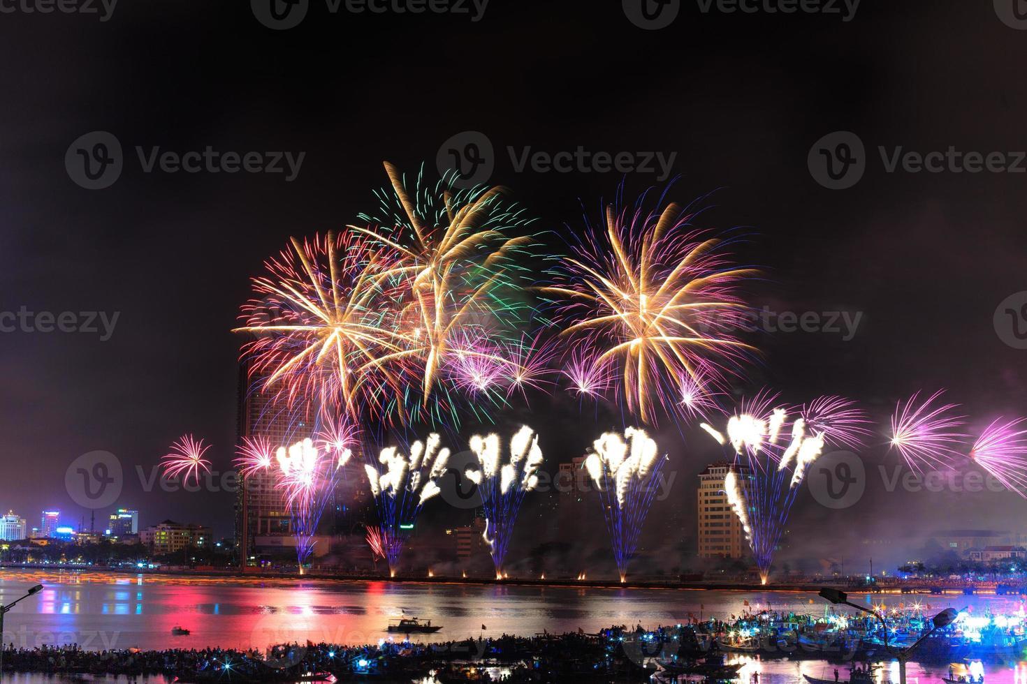buntes Festivalfeuerwerk am Fluss foto