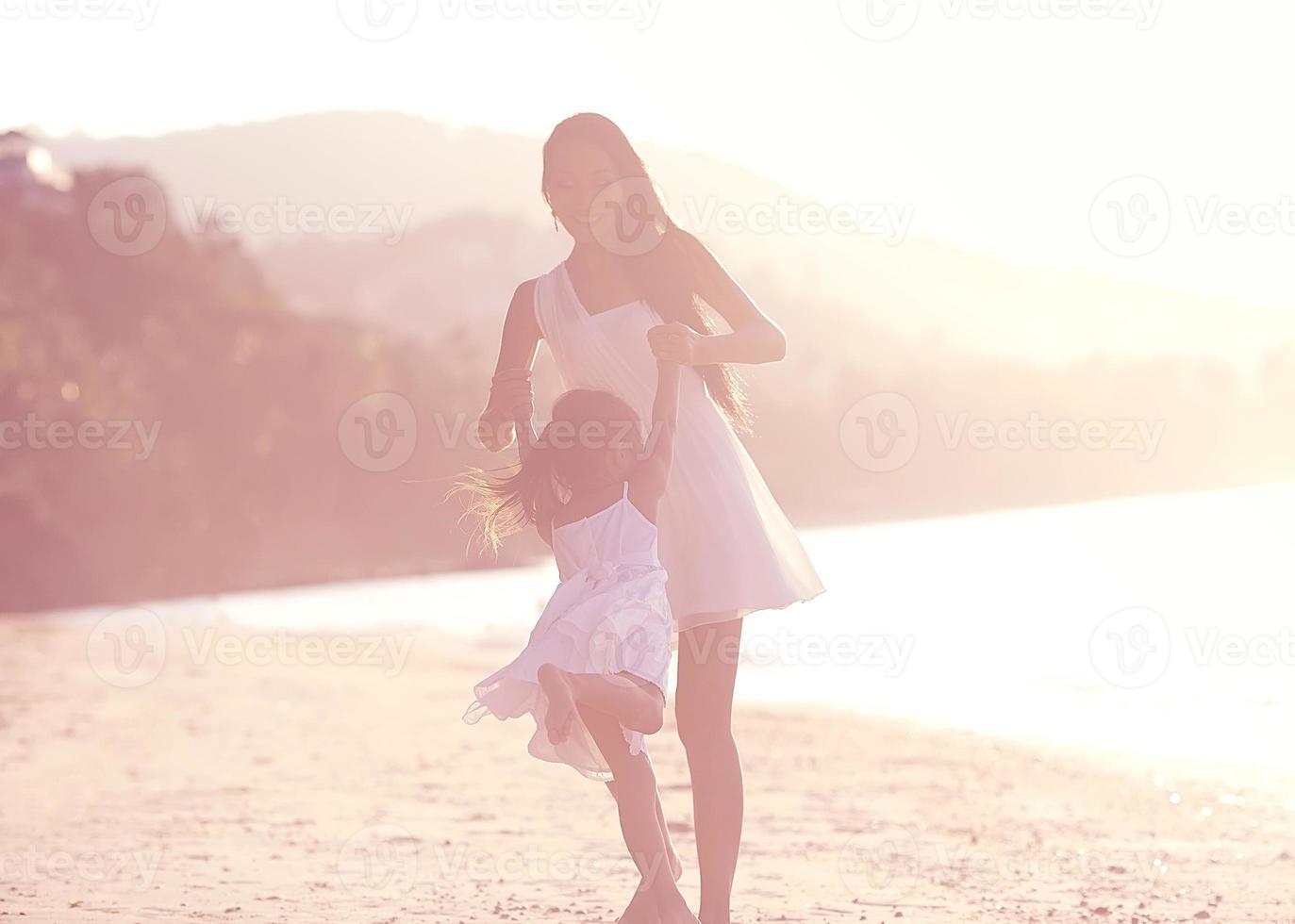 Mutter und Tochter in Beachat Sunsat, glücklich foto