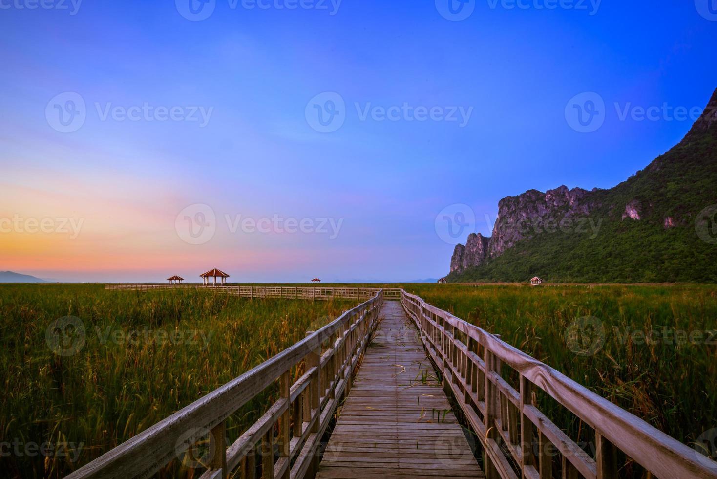 schöner Sonnenuntergang im khao sam roi yod Nationalpark foto