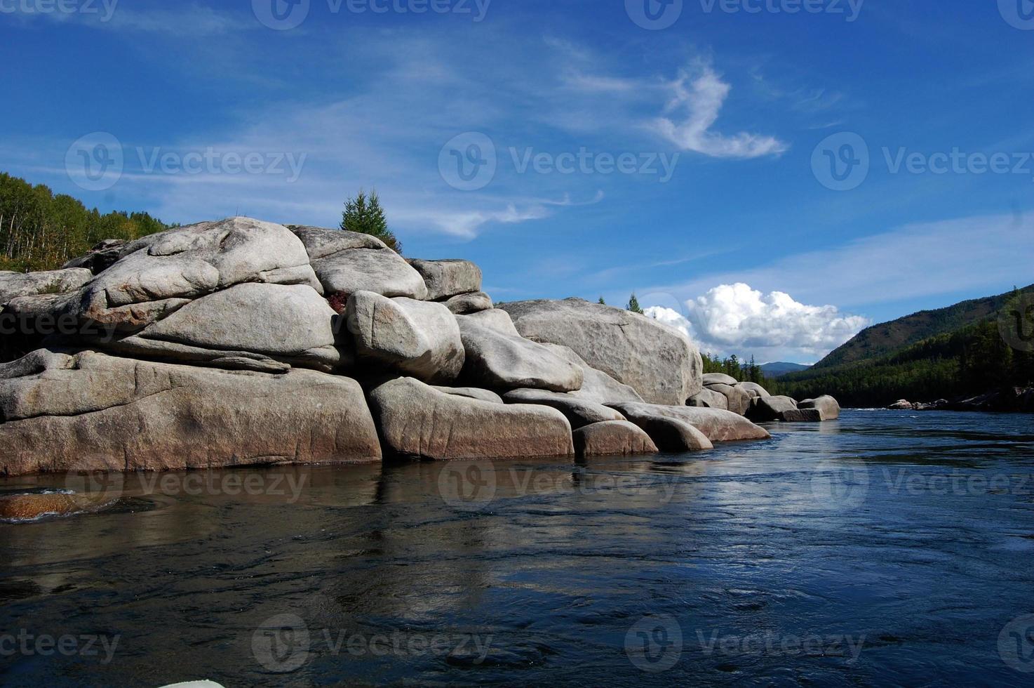steinige Küste des Gebirgsflusses. foto