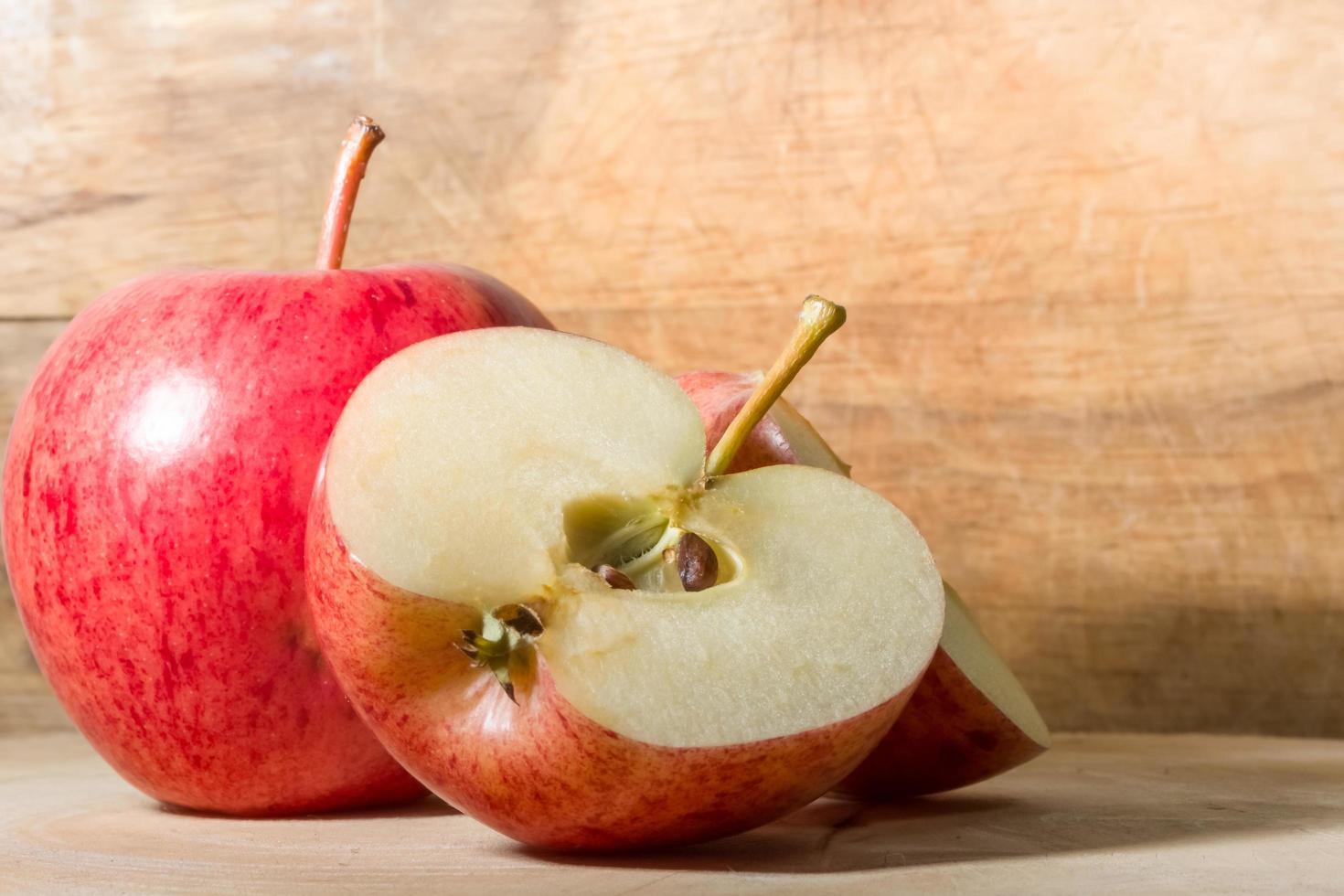 Äpfel auf Holzboden. foto