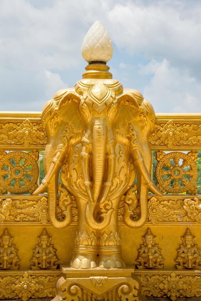 Statue am goldenen Tempel von Wat Paknam Jolo foto