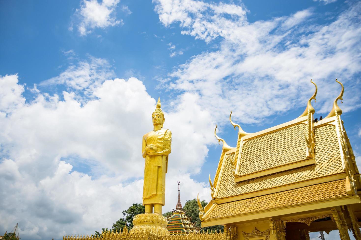 der goldene tempel von wat paknam jolo, thailand foto
