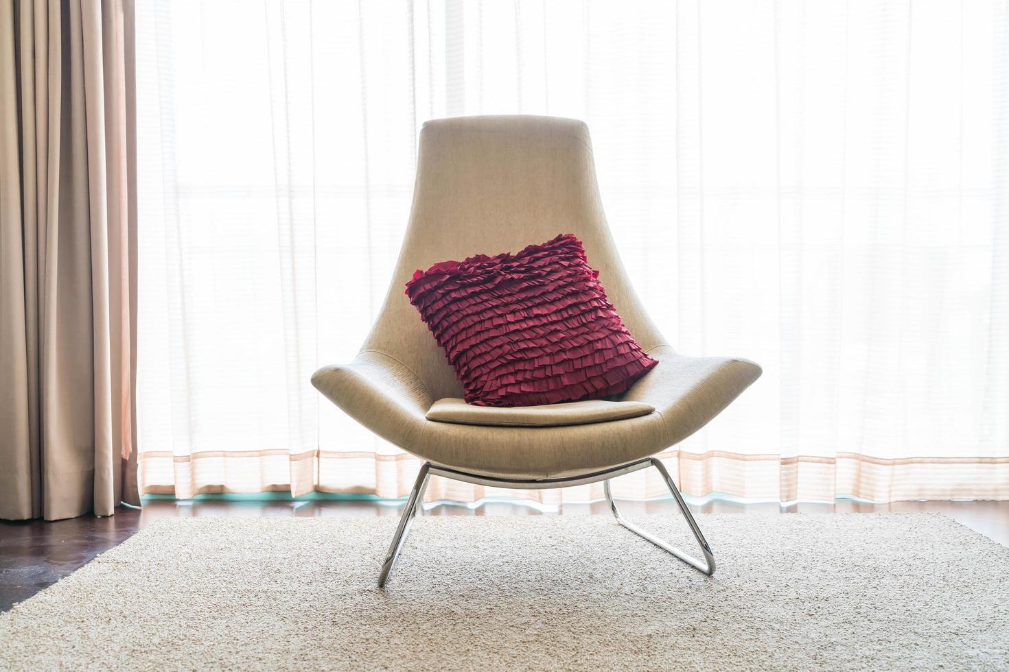 Stuhl mit einem rosa Kissen foto