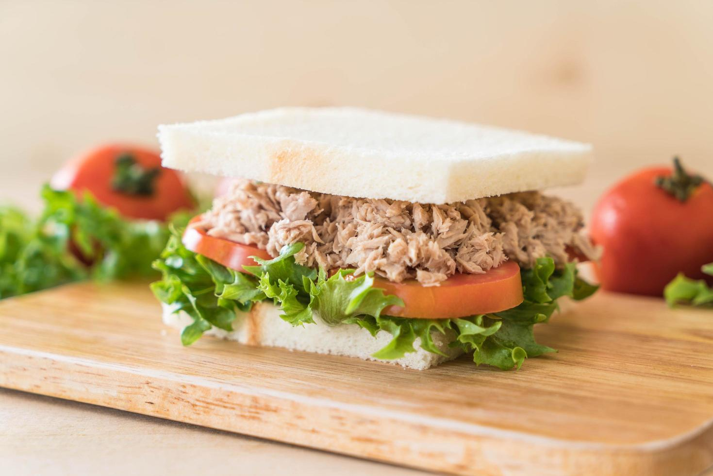 Thunfisch-Sandwich auf Schneidebrett foto