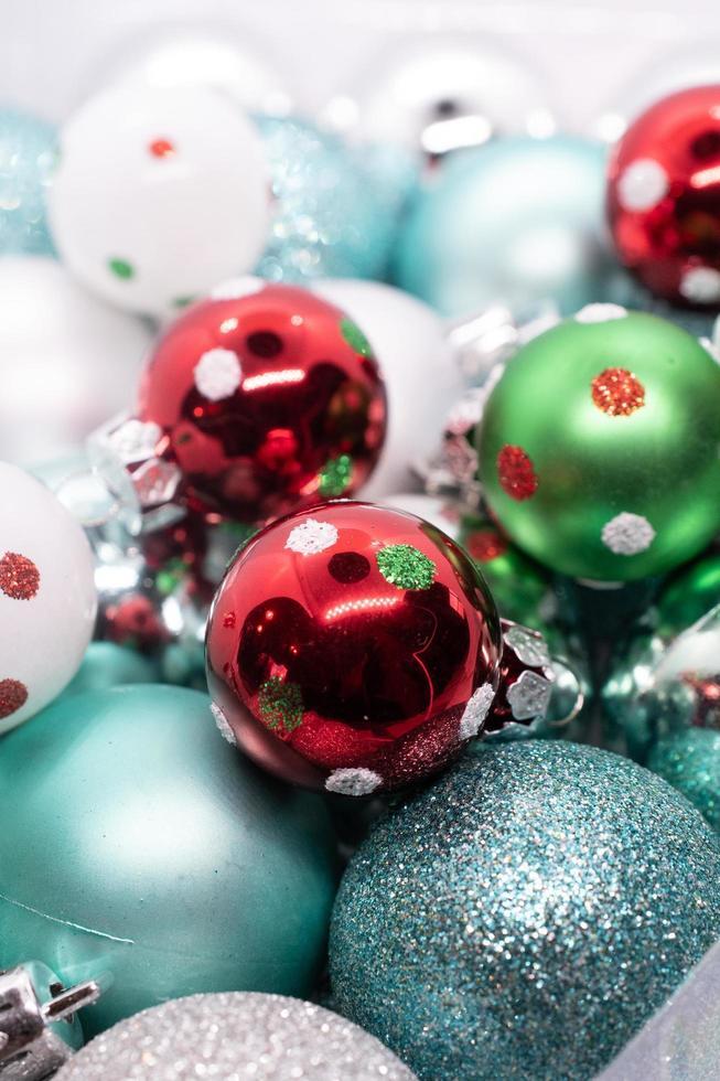 Draufsicht auf Weihnachtskugeln foto