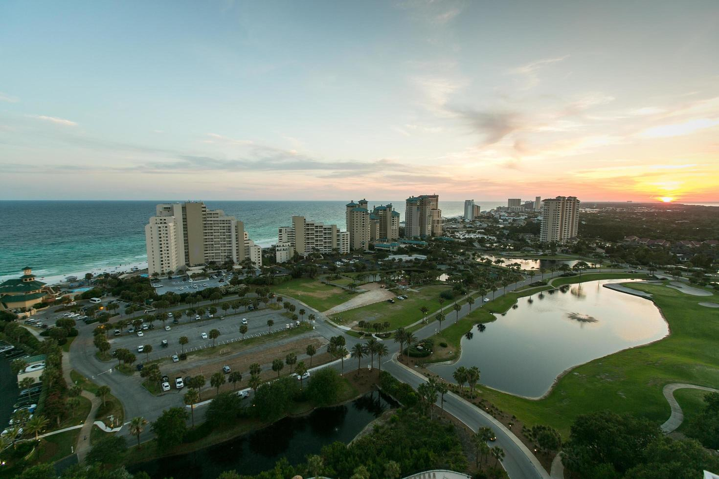 Luftaufnahme einer Stadt bei Sonnenuntergang foto