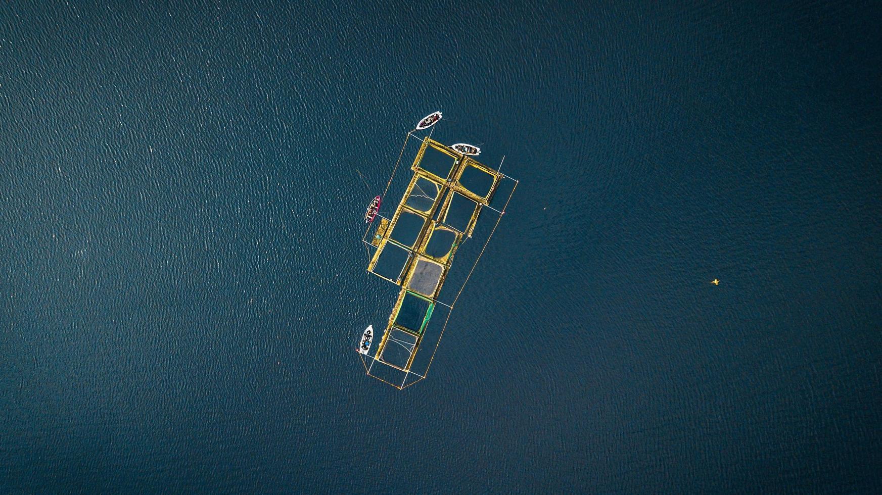 Luftaufnahme von Booten an einem Dock in der Mitte des Ozeans foto
