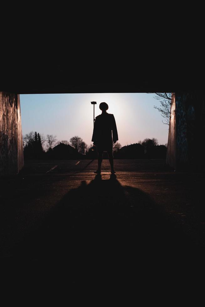 augsburg, deutschland, 2020 - silhouette eines mannes, der nachts im garageneingang steht foto