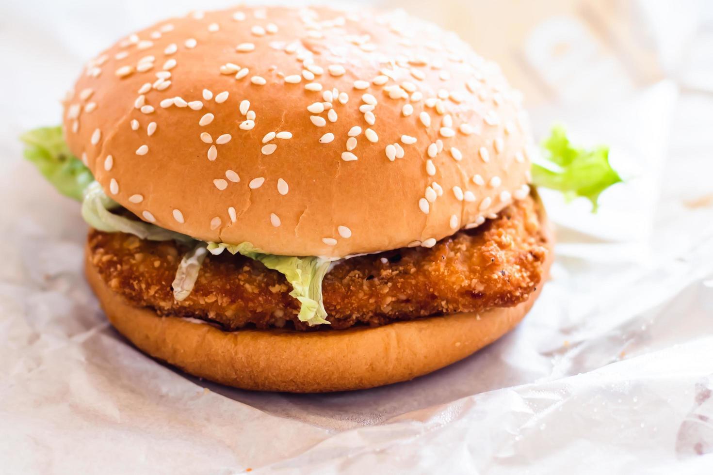 Hühnchen gebratener Burger auf weißem Papierhintergrund foto