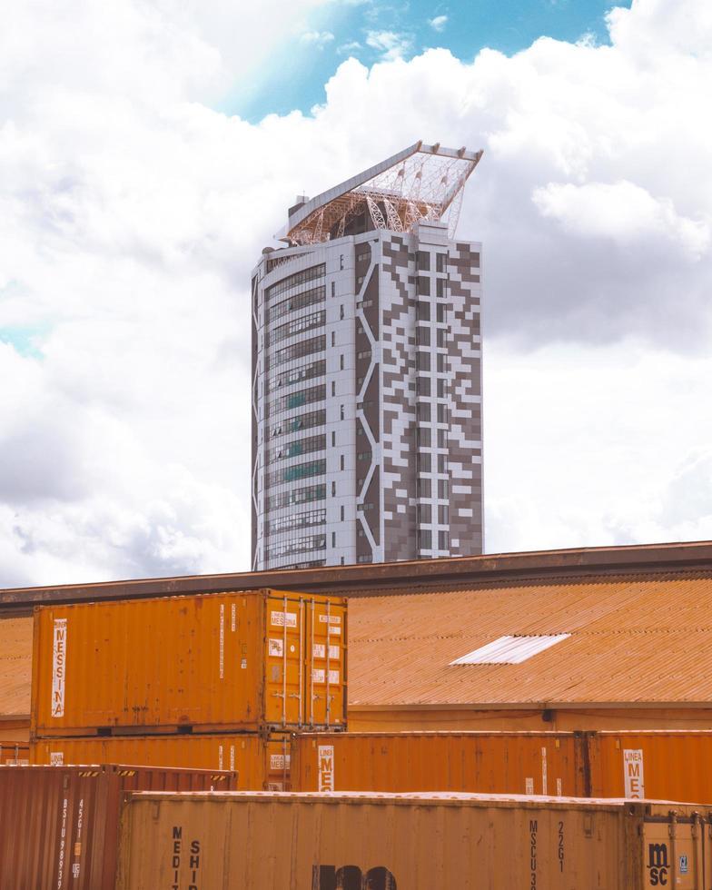 Kampala, Uganda, 2020 - Frachtcontainer vor einem Hochhaus foto