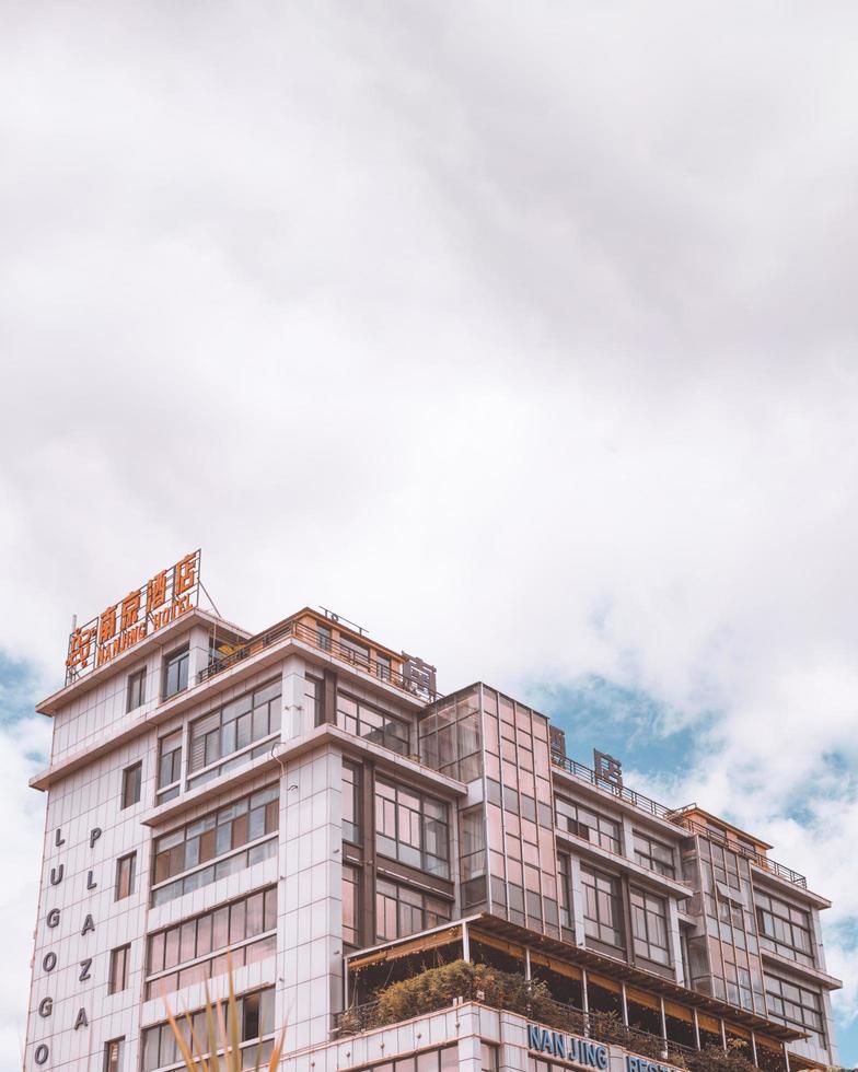 Kampala, Uganda, 2020 - Nanjing Hotel während des Tages foto