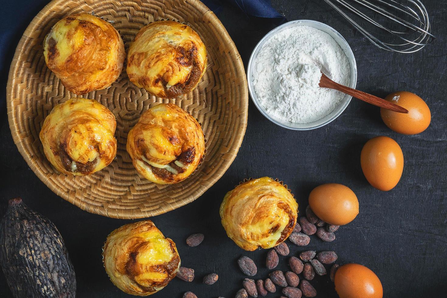 Frühstücksgebäck mit Zutaten foto