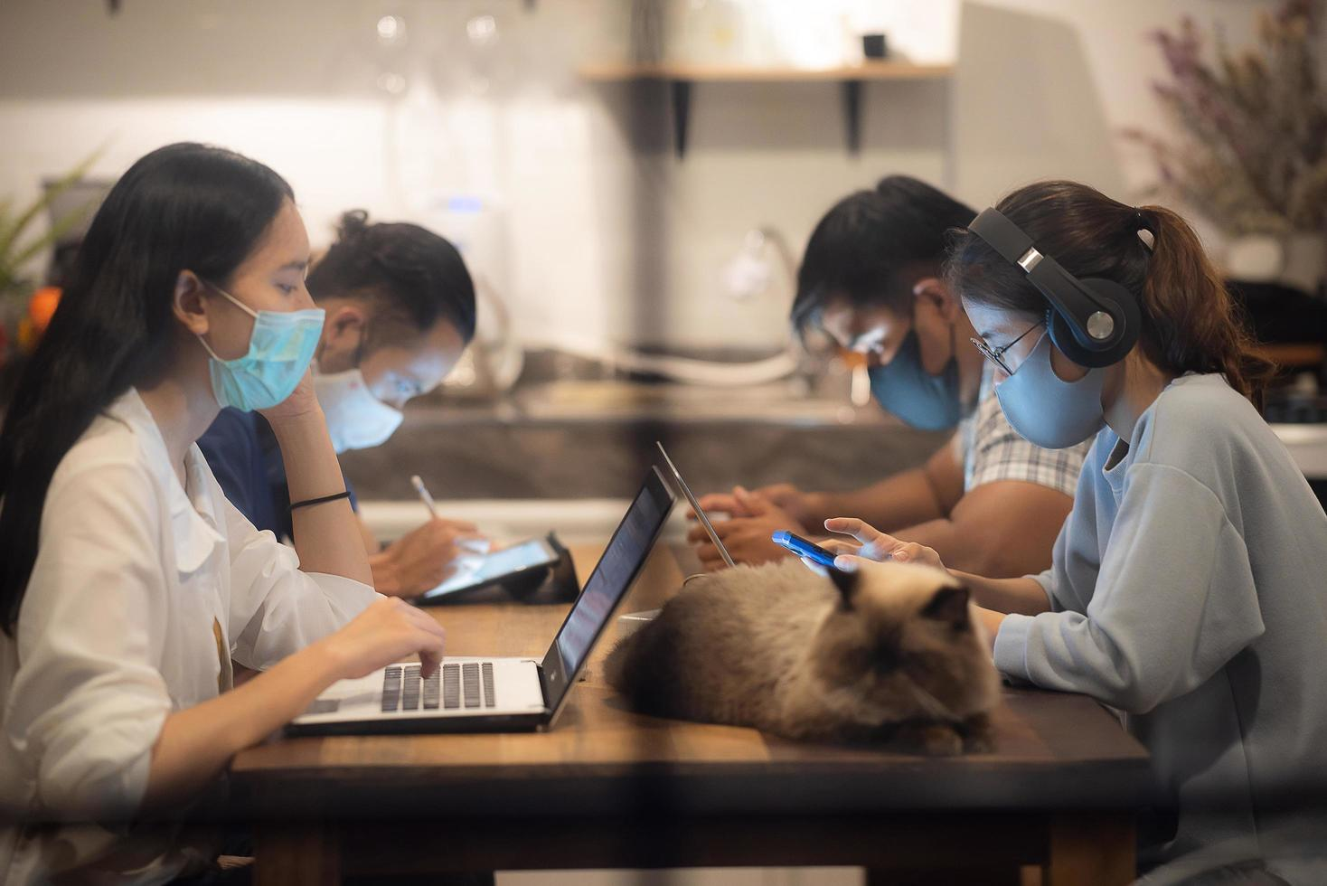 Kreatives Arbeiterteam mit Gesichtsmasken foto