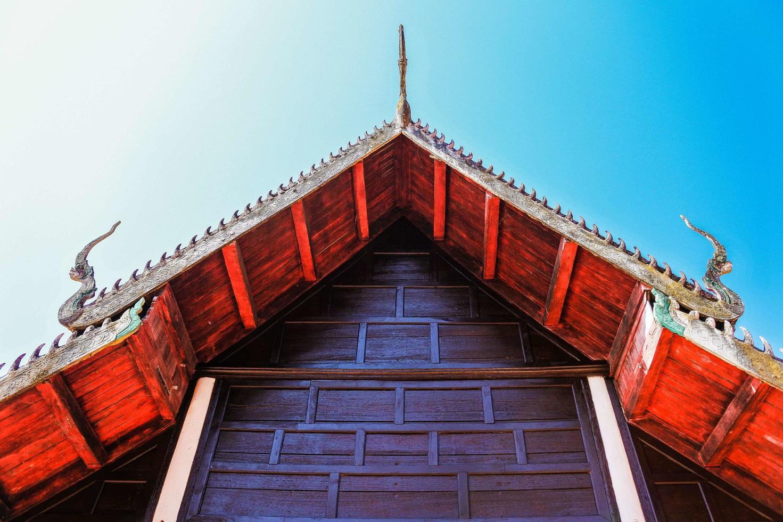 eine goldene pagode in thailand foto
