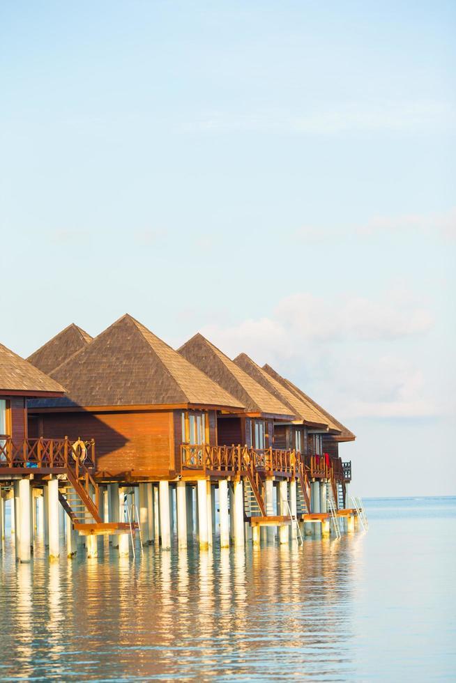 Malediven, Südasien, 2020 - Wasserbungalows mit türkisfarbenem Wasser foto