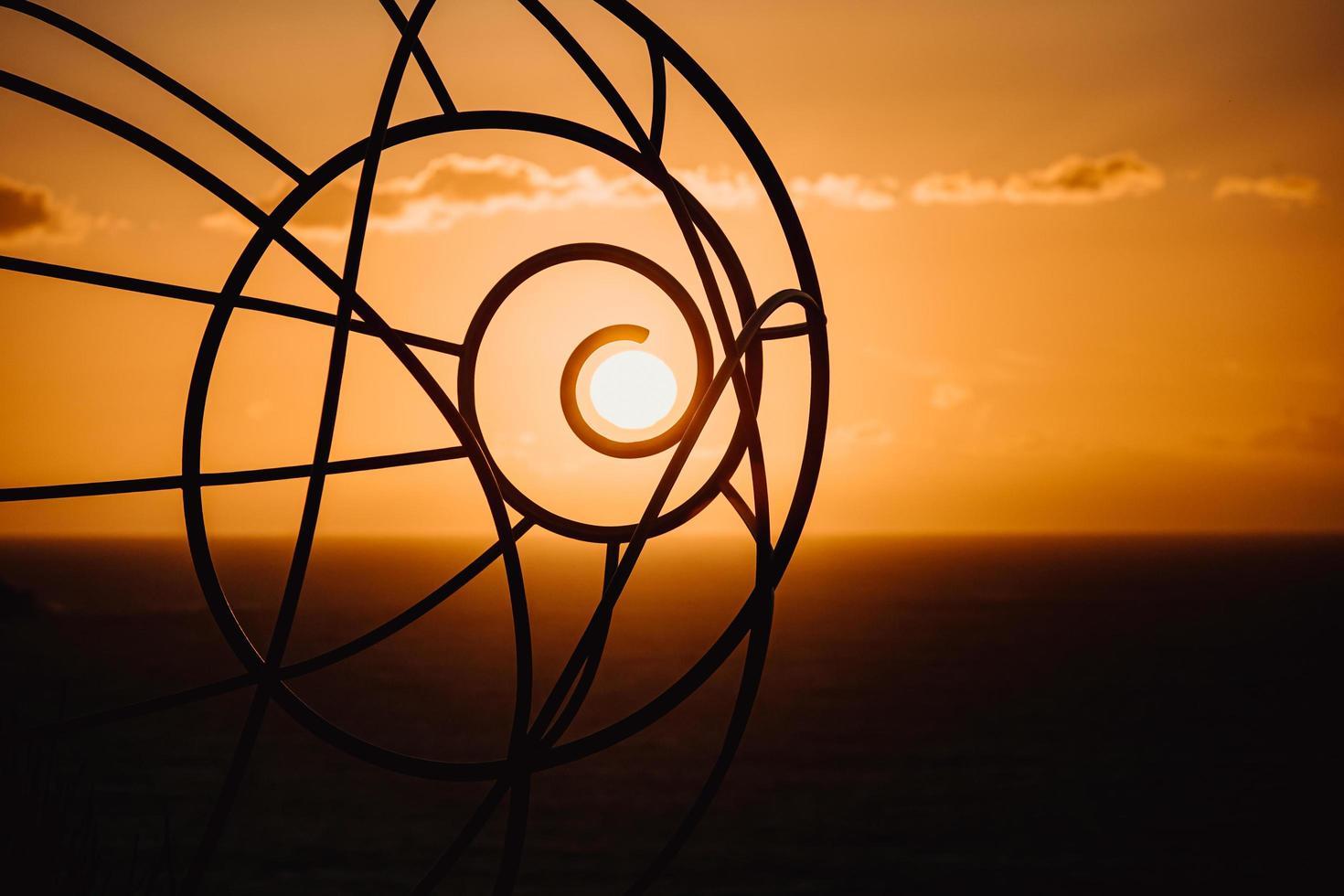 Silhouette der Drahtskulptur bei Sonnenuntergang foto
