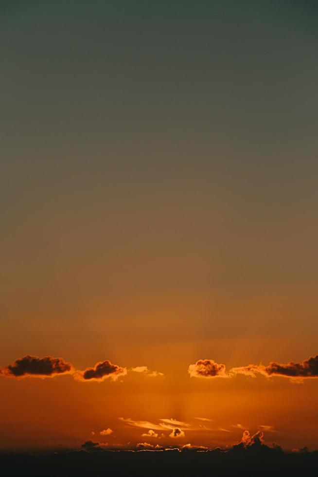 Wolken und ein orangefarbener Sonnenuntergang foto