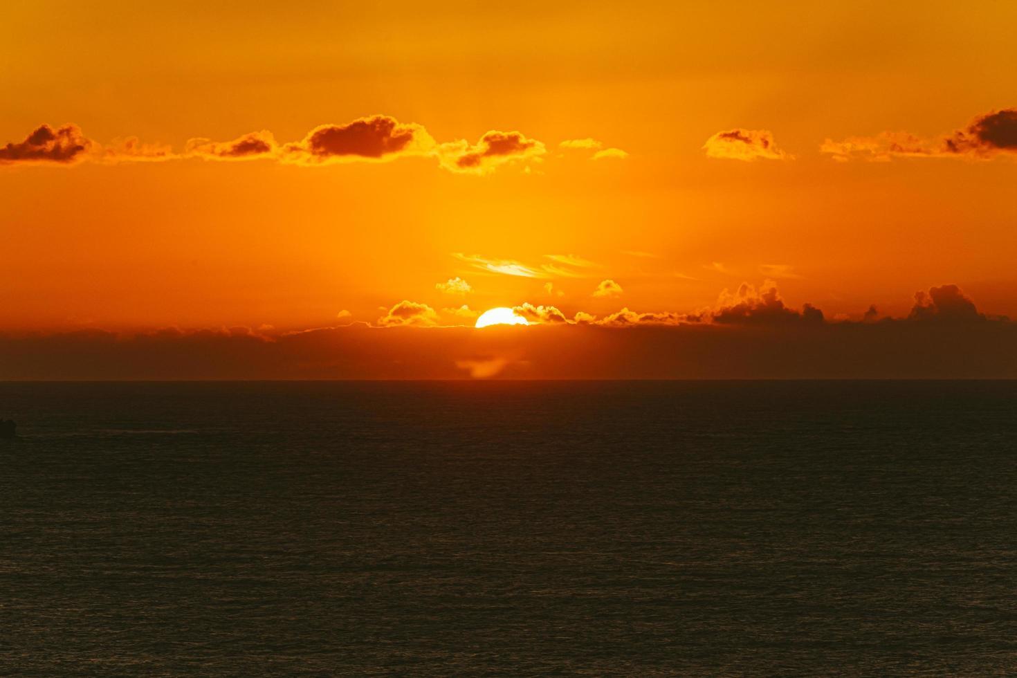 Silhouette einer Landschaft und eines orangefarbenen Sonnenuntergangs foto