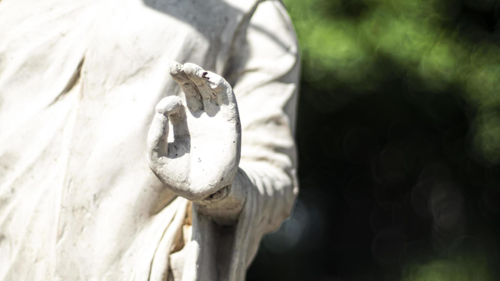 Statue von Buddha, der in der Meditation steht foto