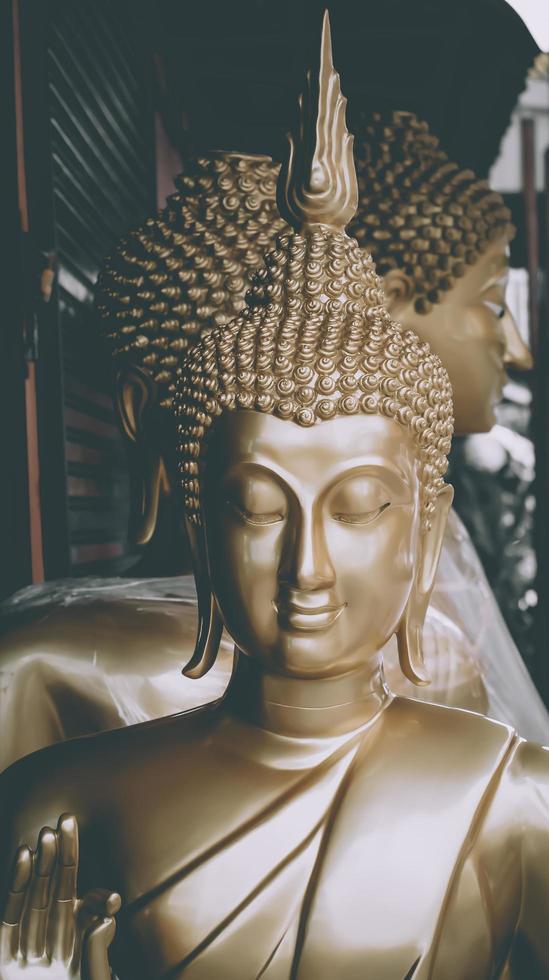 Buddha-Statuen in einer Reihe foto