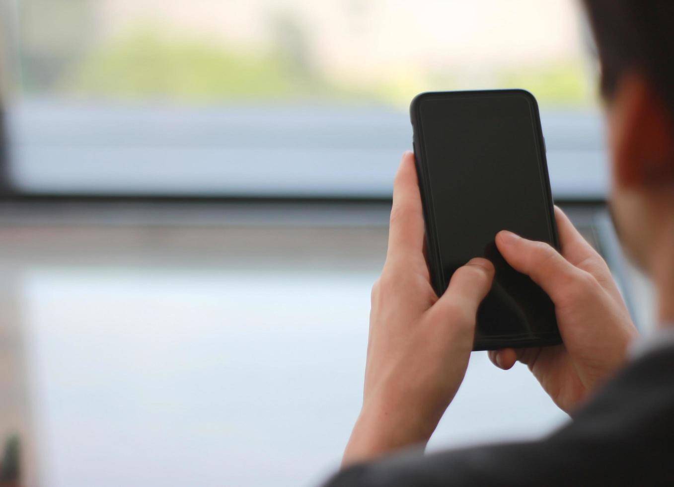 Weichzeichner der Geschäftsperson, die Handy hält foto