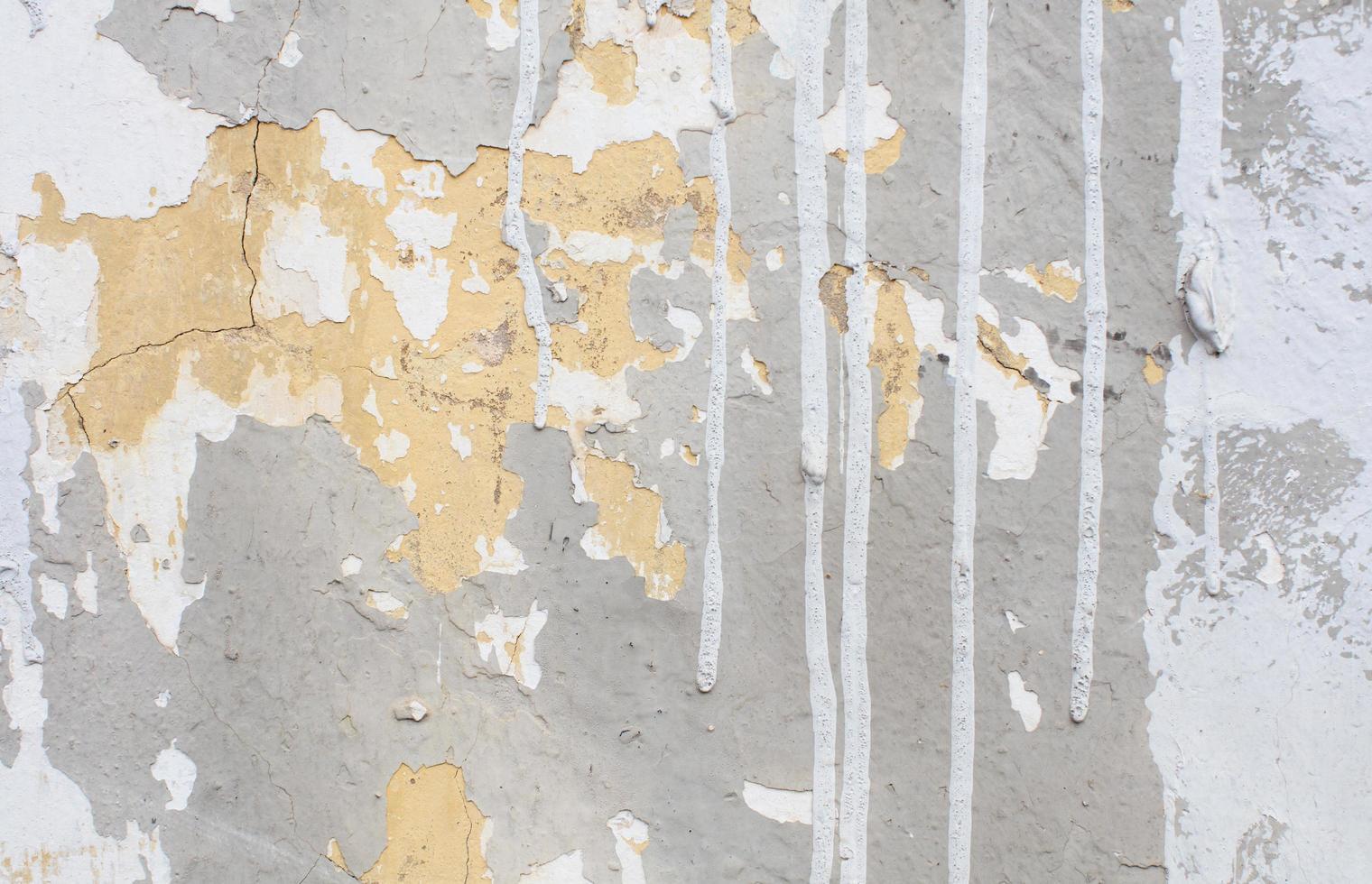 weiße Farbe tropft an eine Wand foto