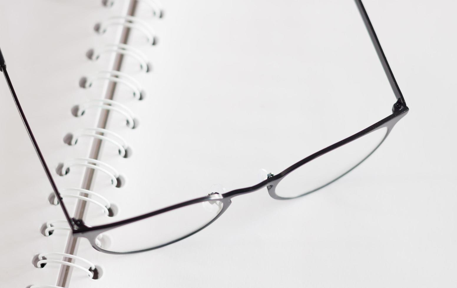 Brille auf einem Notizbuch foto