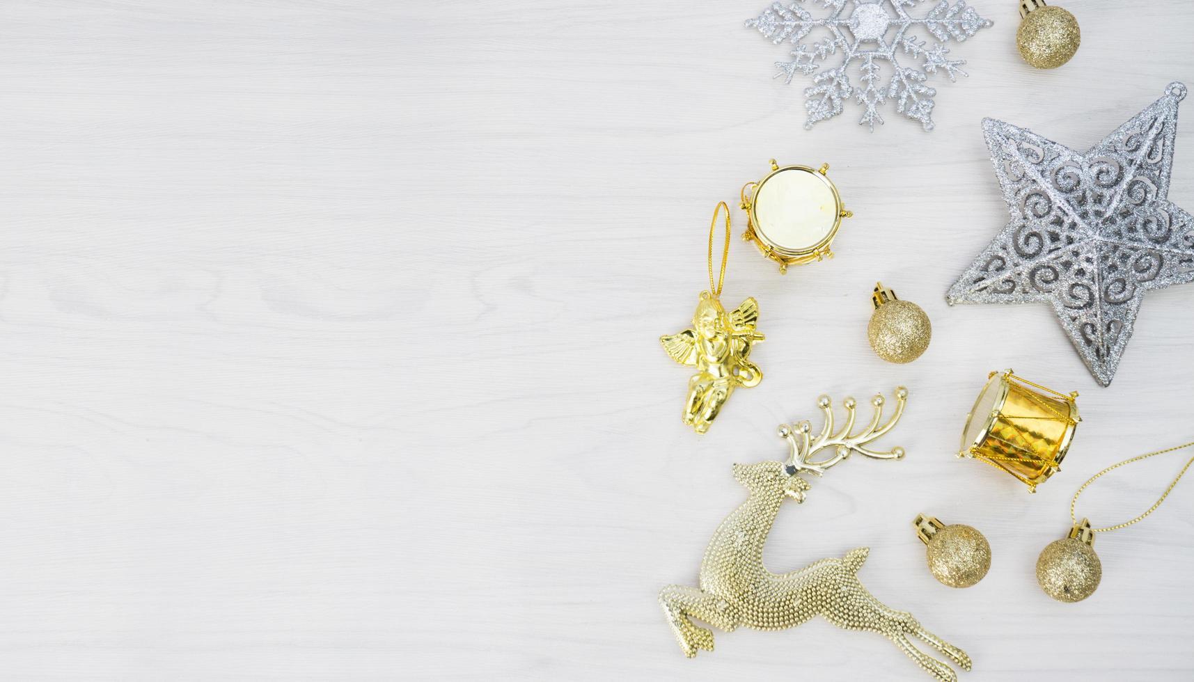 Weihnachtsschmuck auf weißem hölzernem Hintergrund foto