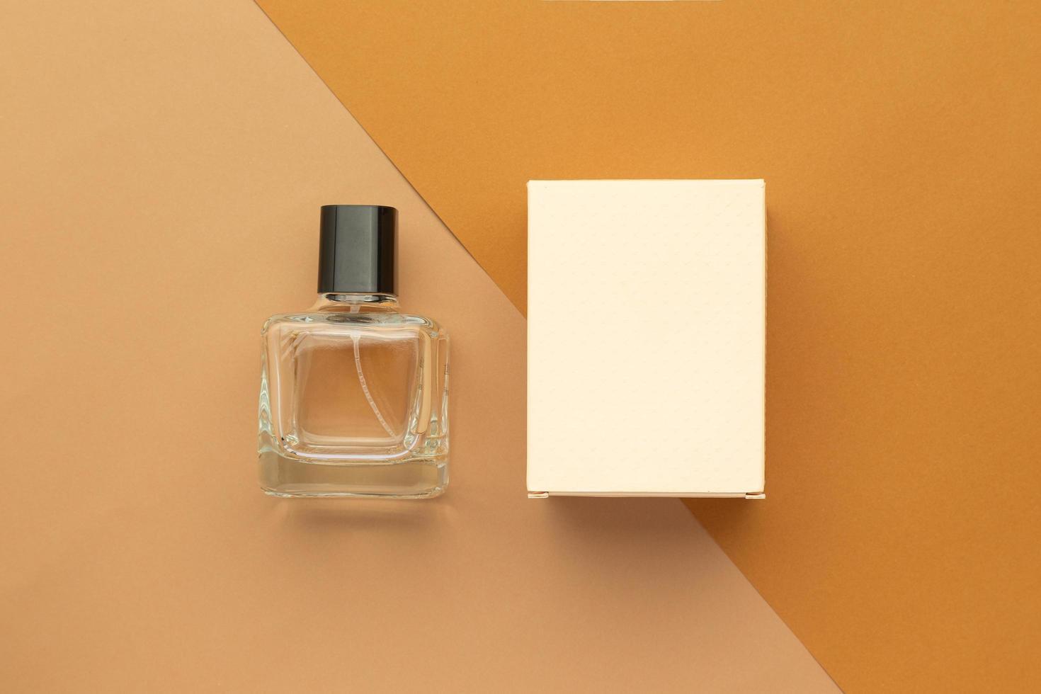 Parfümflasche und Schachtelmodellschablone auf beigem Hintergrund foto