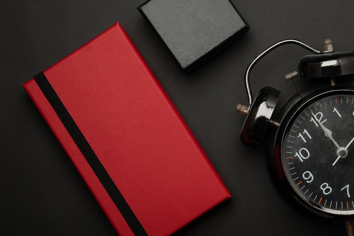 Geschenkboxen und Alarm auf schwarzem Hintergrund foto