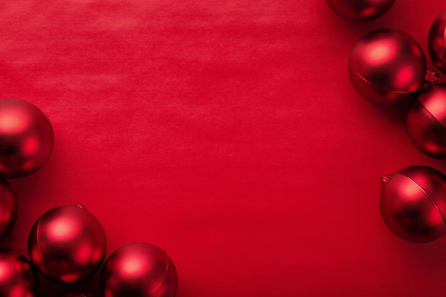 rote Kugeln auf rotem Hintergrund foto