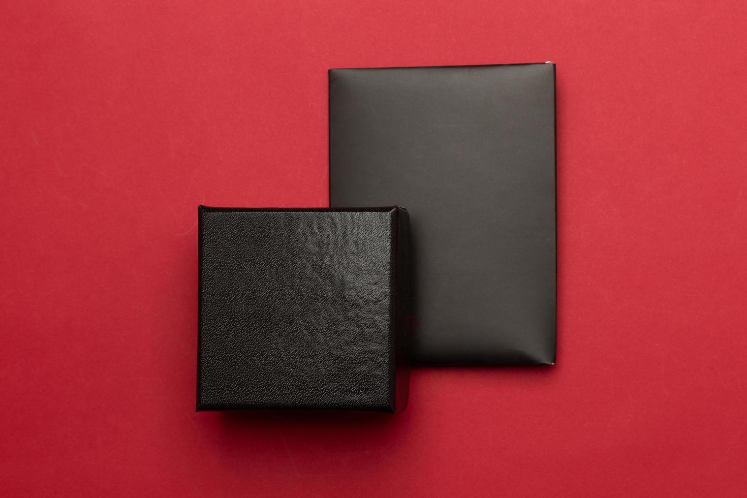 schwarze Geschenkbox mit Umschlagkarte foto