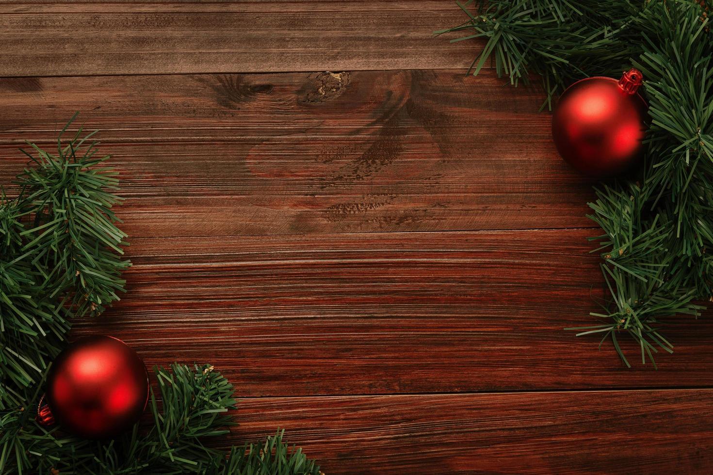 Weihnachten und Neujahr mit roten Kugeln foto