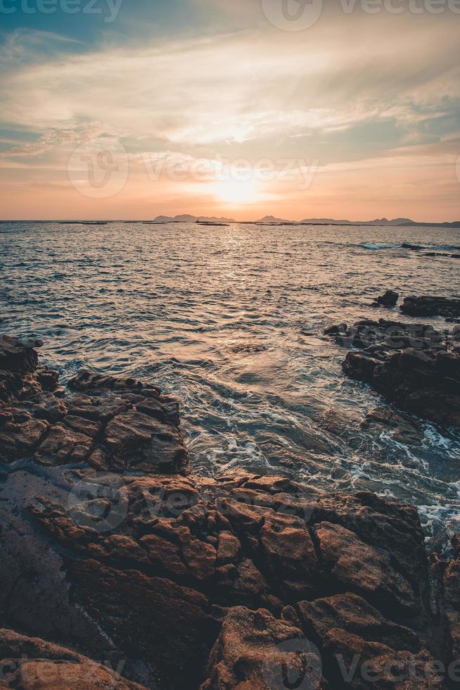der Sonnenuntergang über den Inseln während eines Sonnenuntergangs foto
