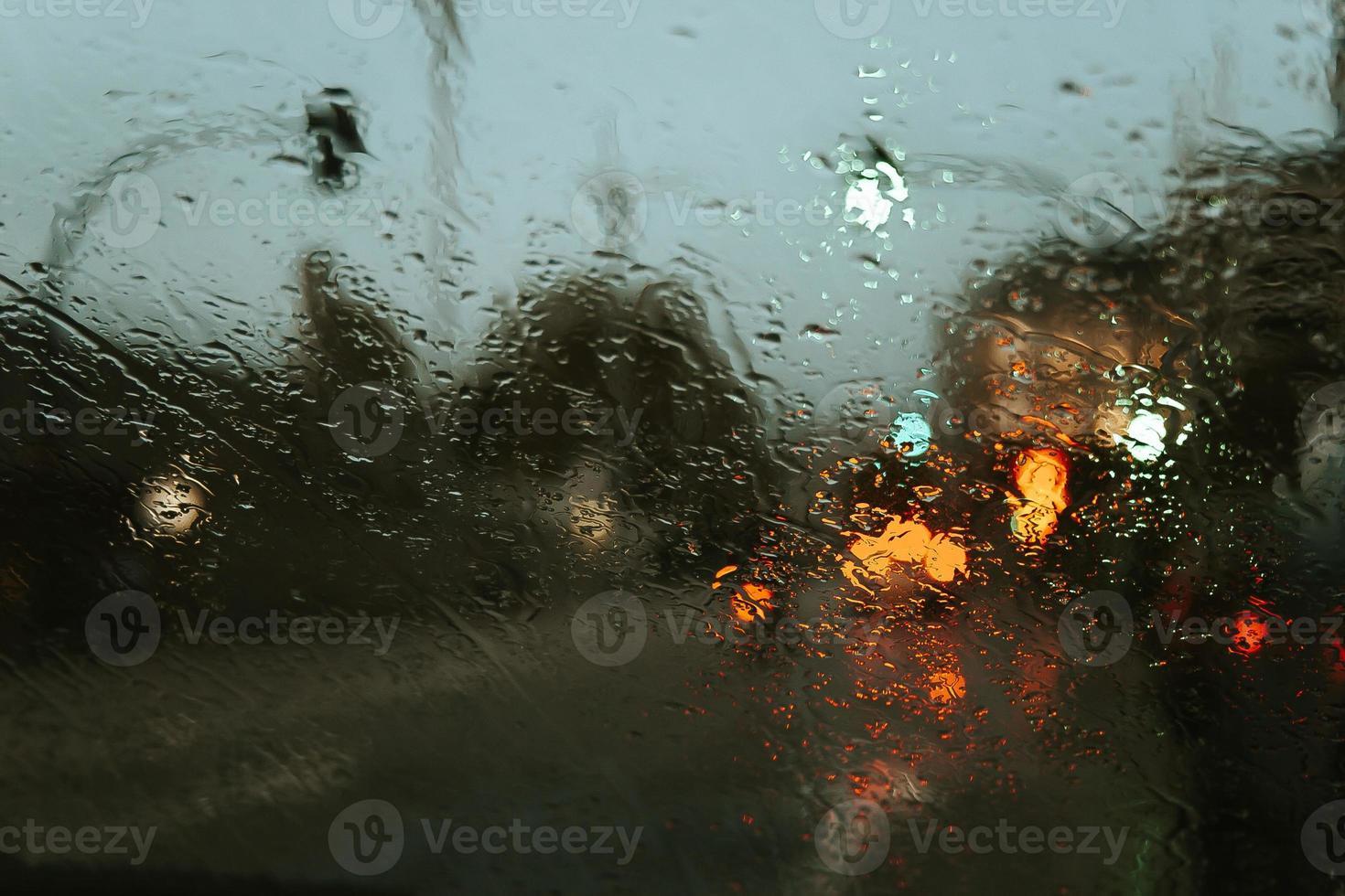 Regen fällt über den Kristall des Autos foto