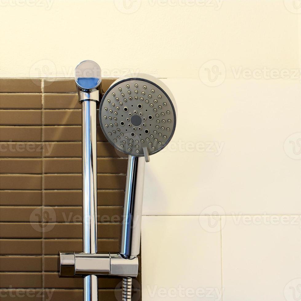 Nahaufnahme Duschkopf im Badezimmer foto